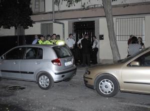Portal de la calle de Monte Tabor, en Parla, donde anoche un hombre mató a su esposa antes de ahorcarse.- F. JAVIER BARROSO