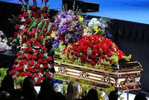 Imagen del ataúd de Michael Jackson durante la ceremonia en el Staples Center. | Foto: Ap