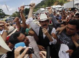 Manuel Zelaya entra en Honduras a través del paso de Las Manos, en la frontera con Nicaragua- AP